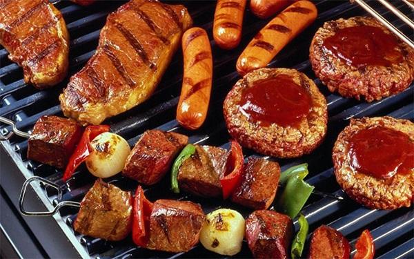 Bề mặt nướng của bếp nướng điện BlueStone được phủ 3 lớp Ceramic không lo bị cháy hay khói