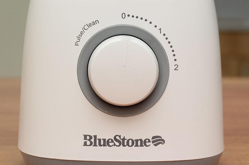 Máy có 2 tốc độ xay và chế độ làm sạch, giúp tùy chỉnh độ nhuyễn thích hợp với nhu cầu của người dùng