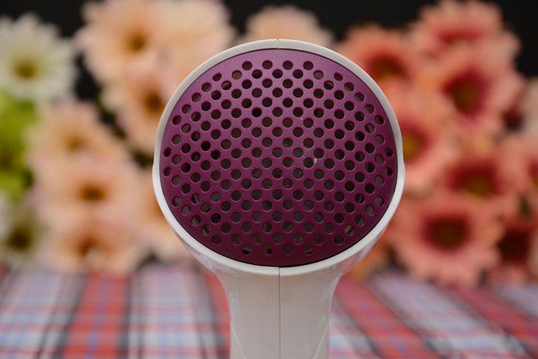Chỗ tản nhiệt của máy được làm dạng tổ ong, giúp thoát nhiệt tốt, có chức năng tự động ngắt điện khi quá nhiệt an toàn