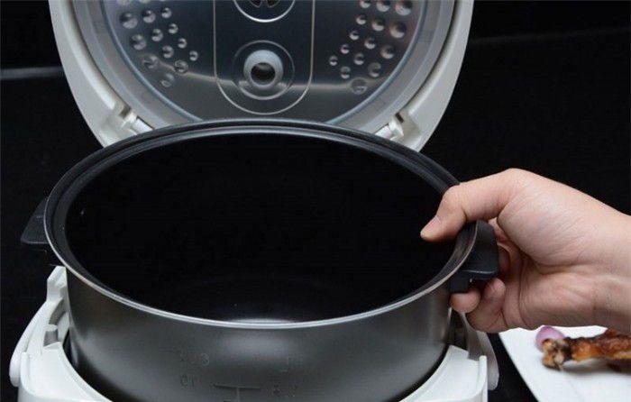 Lòng nồi được làm từ hợp kim nhôm phủ chống dính Ceramic, dày 3mm nấu cơm ngon, giữ nhiệt tốt