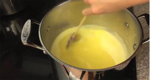 khi nấu ngô nên khuấy đều tay và khi sôi nên bắc uống luôn, không nên nấu quá lâu