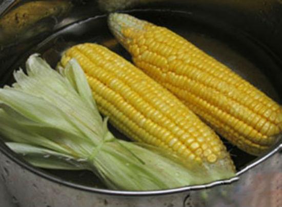 Luộc ngô cùng lớp vỏ non bên trong giúp tăng vị ngọt và thơm cho sữa